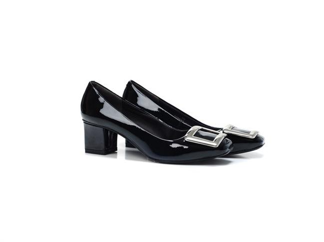 O icônico sapato de fivelas quadradas de Roger Vivier