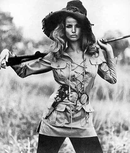 A modelo Veruschka veste a famosa saharienne de Yves Saint Laurent imagem: vogue