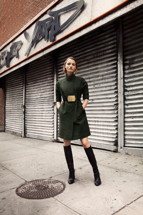 Street style - o verde aparece em muitos looks imagem: via fla cool & chic