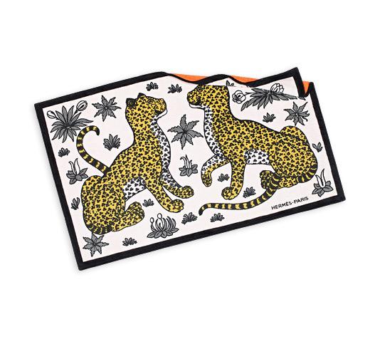 Toalha de praia Hermès com print Leopardo imagem: divulgação