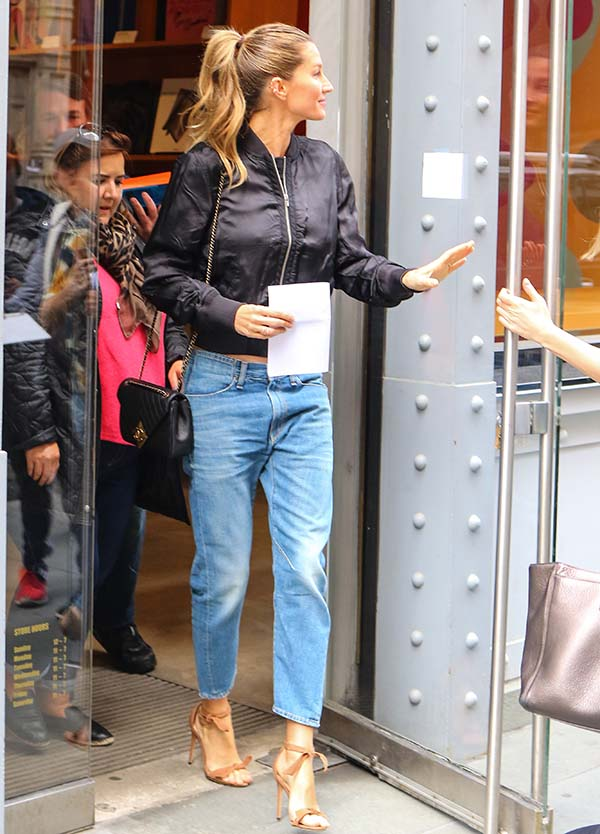 April 28, 2016: Gisele Bundchen is seen leaving the TASCHEN Books store in New York City and heading into another building in midtown. Bundchen's husband, New England Patriots' Tom Brady, has had his 4-game suspension from the NFL recently reinstated for the start of the upcoming NFL season. Mandatory Credit: Sandro Barbosa/INFphoto.com Ref: infusny-295